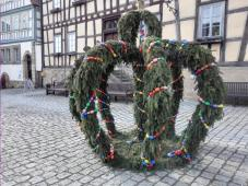 Osterschmuck vor dem Rathaus