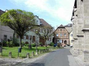 Mittelalterliche Häuser an der Stadtpfarrkirche