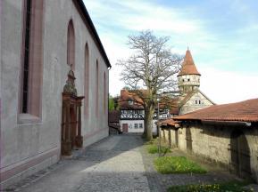 Blick von der Kirche auf einen der Wehrtürme