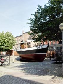 Aufgebocktes Fischerboot vor dem Schiffsmuseum
