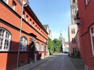 Blick durch eine Seitenstraße auf die Nikolaikirche
