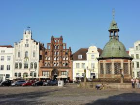 """Die """"Wasserkunst"""" am Marktplatz, das Wahrzeichen von Wismar"""
