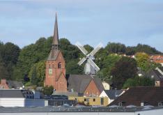 Petri Kirche und Flensburgs Bergmühle (Foto: Sönke Rahn   http://commons.wikimedia.org   Lizenz: CC BY-SA 3.0 DE)