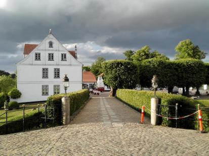Auffahrt von den Wirtschaftsgebäuden zum Schloss