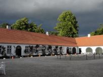 Hof mit einem Teil der Wirtschaftsgebäude
