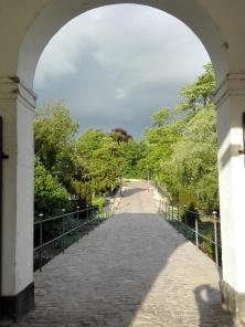 Zufahrt zum Schlossareal über den Wassergraben