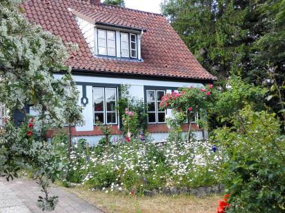Schönes Haus mit Blumengarten