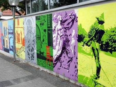 Moderne Wandgestaltung mit verfremdeten Motiven aus der Stadtgeschichte