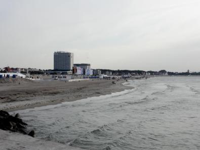 Am Strand das berühmte Neptun-Hotel, in dem die Stasi zu DDR-Zeiten westliche Gäste abhörte