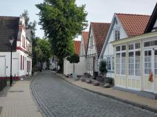 Straße mit ursprünglichen Fischerhäuschen am alten Hafen