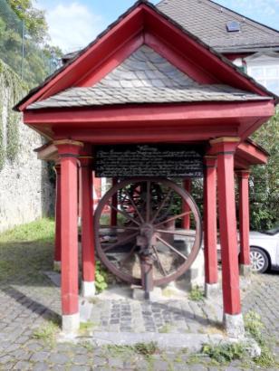 Brunnen zwischen oberem und unterem Schlosstor