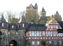 Solmser Hof, unteres Burgtor und Blick zum Schloss (Foto: Ulrich Mayring | http://commons.wikimedia.org | Lizenz: CC BY-SA 3.0 DE)