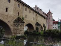 Die Brille genannte Überbrückung der Vils durch die historische Stadtmauer