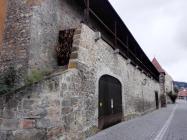 Reste der historischen Stadtmauer mit überdachtem Wehrgang