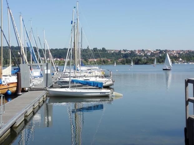 Am See gibt es mehrere Marinas mit Segelbooten