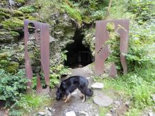 Alter Bergwerksstollen im Wald