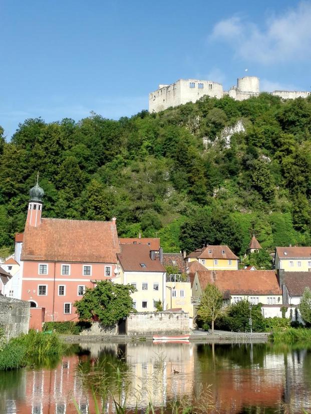 Blick von der Vils hinauf zur Burg