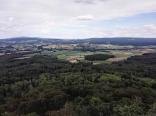 Sehr schöne Ausblicke in die umliegende Landschaft von der Spitze des Aussichtturms