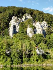 Markante Kalkfelsen oberhalb der Altmühl