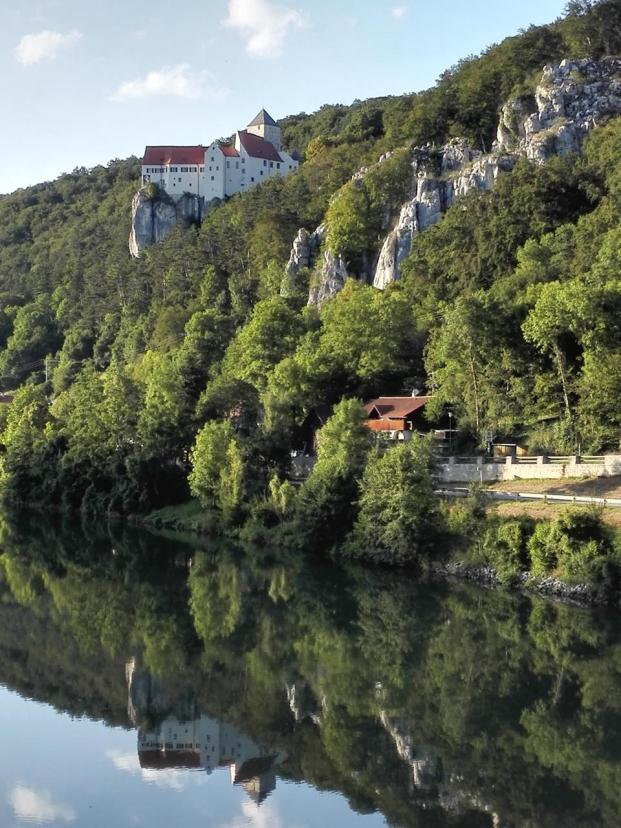 Burg Prunn spiegelt sich im Wasser der Altmühl