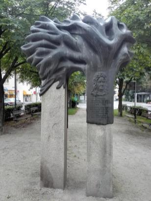 Skulptur vor der katholischen Pfarrkirche