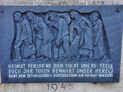 Gedenktafel für die Vertriebenen des 2. Weltkriegs neben der Kaiserpfalz