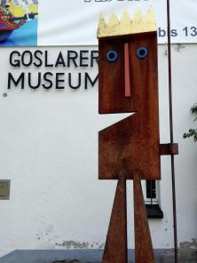 Skulptur vor dem Stadtmuseum