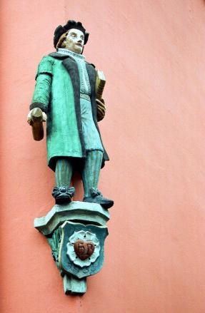 Martin Luther-Figur an einem Haus am Alten Markt (Foto: Dguendel | http://commons.wikimedia.org | Lizenz: CC BY-SA 3.0 DE)