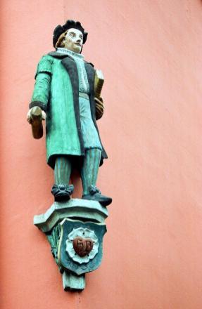 Martin Luther-Figur an einem Haus am Alten Markt (Foto: Dguendel   http://commons.wikimedia.org   Lizenz: CC BY-SA 3.0 DE)