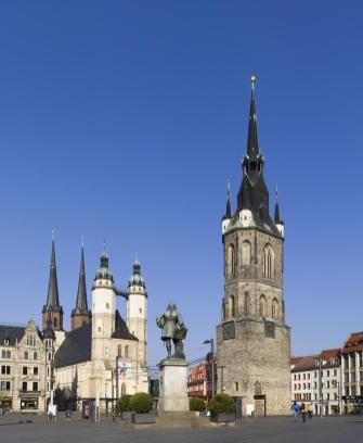 Der Marktplatz in Halle mit Marienkirche, Händeldenkmal und Rotem Turm (Foto: Omit234   http://commons.wikimedia.org   Lizenz: CC BY-SA 3.0 DE)