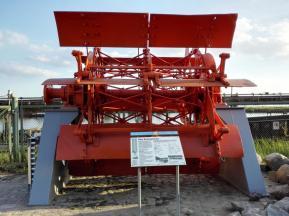 Ein echtes Schaufelrad als Ausstellungsstück im Hafen
