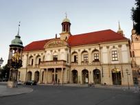 """Das Alte Rathaus am Marktplatz, davor der """"Goldene Reiter"""""""