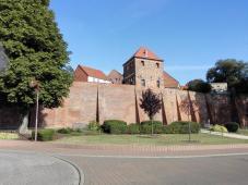 Starke Mauern schützen die Stadt vor dem Elbhochwasser