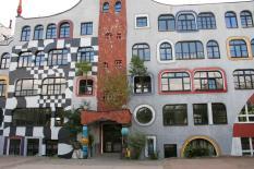 Front der von Friedensreich Hundertwasser umgestalteten Fassade des Luther-Melanchthon-Gymnasiums (Foto: Grahamec | http://commons.wikimedia.org | Lizenz: CC BY-SA 3.0 DE)