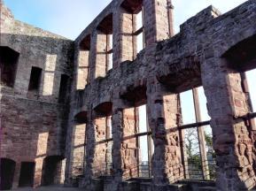 Reste der großen Fensterfront im ehemaligen Palas