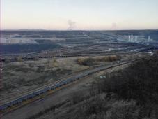 Am Horizont die Rauchwolken der Kraftwerke Frimmersdorf und Neurath, wo die Braunkohle verfeuert wird