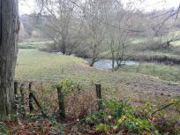 Die Wiesen im Tal werden landschaftlich genutzt und sind deshalb nicht zugänglich
