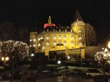 Die Genovevaburg in Mayen mit illuminiertem Bergfried