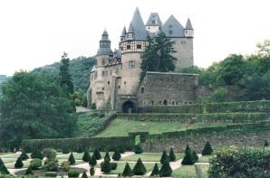 Schloss Bürresheim Frontansicht (Foto: Dirk Garwain   http://commons.wikimedia.org   Lizenz: CC BY-SA 3.0 DE)