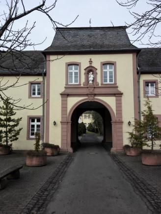Eingangsportal des Klosters Steinfeld