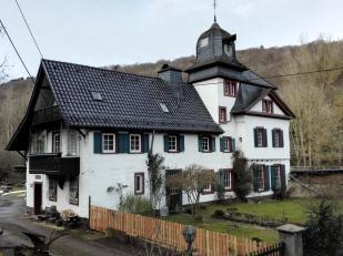 Gutshaus im Urfttal an der Bahnstrecke Köln-Trier