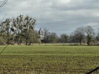 Vom Kloster Langwaden blickt man herüber zur Burg Hülchrath