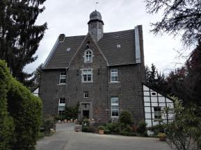 Der von 1427 bis 1436 errichtete Quadenhof, eine der wenigen profanen Backsteinbauten des späten Mittelalters, die sich im Düsseldorfer Raum erhalten haben