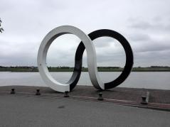 Skulptur im Fluss Noord bei der Anlegestelle des Waterbus