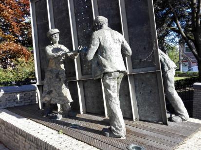 Denkmal für die Deichbauer am Hafen. Vorderseite ...