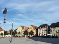 Der von barocken Stiftsherrenhäusern gesäumte Marktplatz gegenüber der Basilika