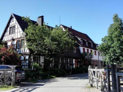 Wohnungen und Wirtschaftsgebäude neben dem Schloss