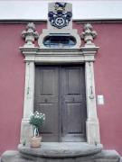 Wappen über dem Portal des Roten Schlosses
