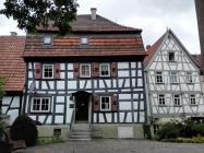 Gut erhaltene Fachwerkhäuser neben der Kirche