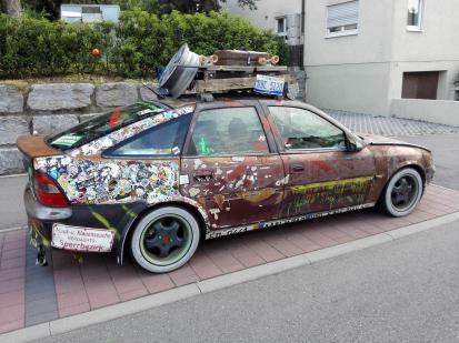 Hier hat jemand seinen TÜV-zugelassenen Opel Ascona in ein trashiges Kunstwerk verwandelt